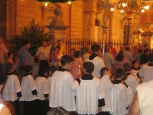 Замыкают шествие дети - по всей вероятности, ученики церковно-приходской школы