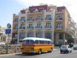 Традиционный желтый автобус о. Мальта