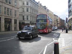 Традиционный кэб и автобус даббл-деккер