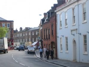 Студенты, идущие по улицам города