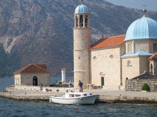 На катере в Черногории: церковь Божьей Матери