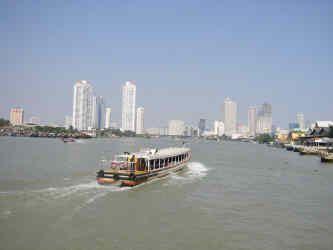 Река разделяет город Бангкок на старый город Бангкок и новые районы
