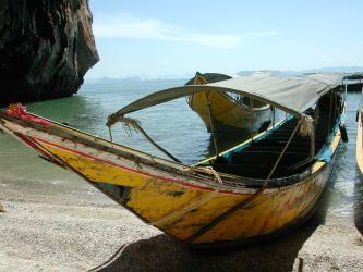 Такую симпатичную лодочку можно часто увидеть на курортах Таиланда