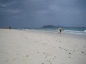 Природный парк Фуэртевернуты - Корралехо. Пляж с видом на остров Лобос.
